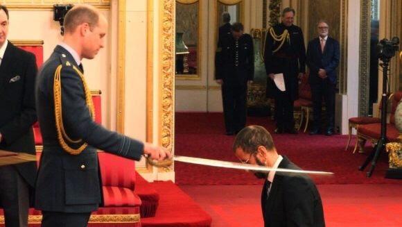 Ringo Starr recibiendo la orden de caballero