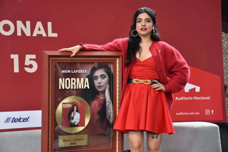 Mon Laferte disco de oro con Norma